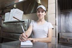 Serveerster die orde in een snel voedselrestaurant neemt Royalty-vrije Stock Fotografie