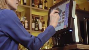 Serveerster die touchscreen in een restaurant gebruiken stock videobeelden