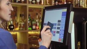Serveerster die touchscreen in een restaurant gebruiken stock video