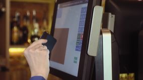 Serveerster die touchscreen in een restaurant gebruiken stock footage