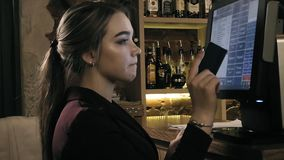 Serveerster die touchscreen in een restaurant gebruiken