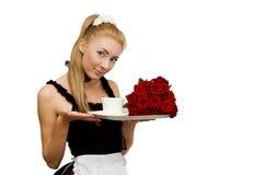 Serveerster in eenvormig met dienblad en bloemen Stock Afbeeldingen