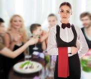Serveerster eenvormig restaurant stock afbeeldingen