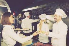 Serveerster in restaurantkeuken Royalty-vrije Stock Afbeeldingen