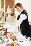 Serveerster twee aan het cateringswerk in een restaurant Stock Afbeelding