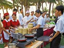 Serveersters klaar om Chinese schemerige som te dienen Royalty-vrije Stock Afbeelding