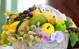 Servefrukt på tabellen Arkivfoton