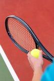 Servendo per la partita di tennis Fotografia Stock
