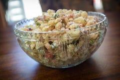 Server dell'insalata di maccheroni immagine stock libera da diritti