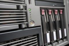 Server di rete con i dischi rigidi caldi di scambio Immagine Stock