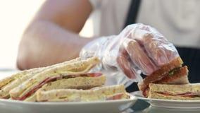 Server dienende sandwich voor cliëntlunch stock video