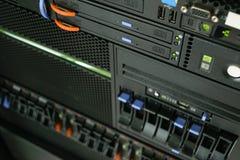 Server en CD of DVD-aandrijving Stock Foto's