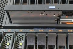 Server en CD of DVD-aandrijving Stock Afbeeldingen