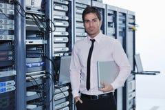 server för lokal för affärsmanbärbar datornätverk Royaltyfri Bild