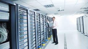 server för lokal för affärsmanbärbar datornätverk Fotografering för Bildbyråer