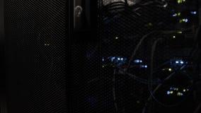Server funzionanti nella fine moderna di centro dati su archivi video