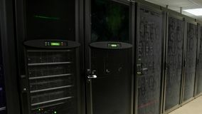 Server i datorhall För datalagring 3d för moln beräknande tolkning stock video