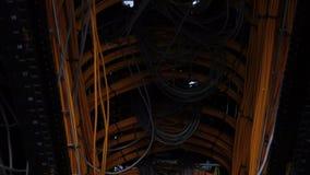 Server kablar Ð-¡ omputers, datorhall många kablar, nedersta sikt, rörande kamera arkivfilmer