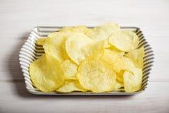 Server med chiper som står på gränsgrå färgträtabellen Royaltyfria Foton