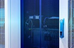 Server-Modul mit Supercomputern unter verschlossener ineinandergegriffener Tür lizenzfreie stockbilder