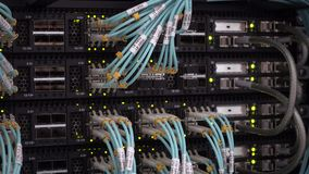 Server-Raum mit Blinklichtern und klaren Lichtleiterkabeln stock footage