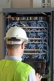 Server und Drähte während der Überprüfung Lizenzfreies Stockbild