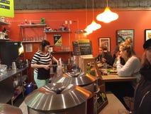 Server wartet auf Gegenkunden an lachendem Planetenrestaurant in Corvallis, Oregon lizenzfreie stockfotos