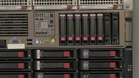 Serverbunt med hårddiskar arkivfilmer