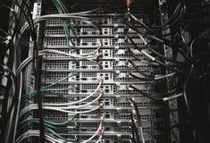 Servergestell mit Kabeln lizenzfreies stockbild
