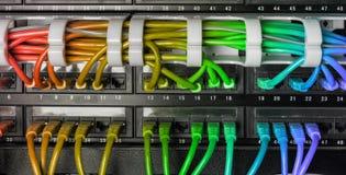 Servergestell mit Regenbogeninternet-Verbindungskabelkabeln Lizenzfreie Stockbilder