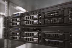 Serverhardware in een datacenter stock afbeeldingen