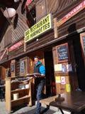 Serveror kommer med skidåkare deras utomhus- lunch Royaltyfria Foton