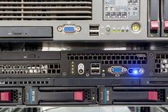 Serveror staplar med hårddiskar i en datacenter Fotografering för Bildbyråer