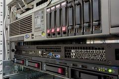 Serveror staplar med hårddiskar i en datacenter Arkivbild