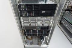 Serveror staplar med hårddiskar i en datacenter Arkivfoto