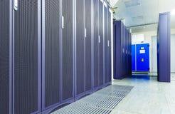 Serverraum mit modernen Telekommunikationsgeräten im Rechenzentrum Stockbild