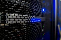 Serverrek met Servers en kabels Serverrekken, serverruimte stock foto