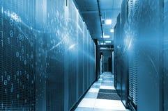 Serverruimte in groot datacentrum met binaire codeontwerp Moderne binnenlandse super computer voor digitaal mededelingen en Inter stock afbeeldingen