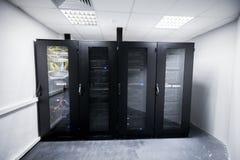 Serverruimte met de zwarte kabinetten van de metaalcomputer Stock Afbeelding