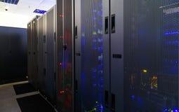 Serverruimte met modern communicatie en servermateriaal Royalty-vrije Stock Foto