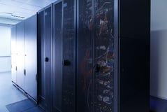 Serverruimte met modern communicatie en servermateriaal Stock Foto