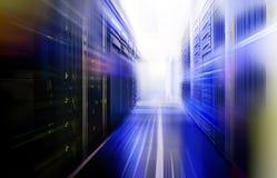 Serverruimte met modern communicatie en servermateriaal Stock Foto's