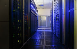Serverruimte met modern communicatie en servermateriaal Stock Fotografie
