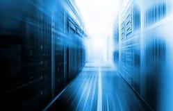Serverruimte met modern communicatie en servermateriaal Royalty-vrije Stock Fotografie