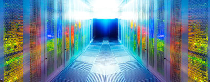 Serverruimte met modern communicatie en servermateriaal Royalty-vrije Stock Afbeeldingen