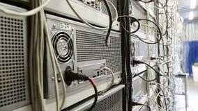 Serverruimte voor crypto de landbouwbedrijven van de muntmijnbouw met mijnwerkersopstelling op getelegrafeerde planken stock videobeelden