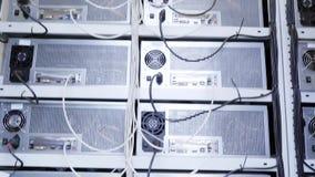 Serverruimte voor de landbouwbedrijven van de bitcoinmijnbouw met mijnwerkersopstelling op getelegrafeerde planken stock footage