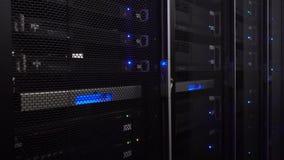 Serverruimte Web Internet en de technologie van de netwerktelecommunicatie, de grote supercomputer van de gegevensopslag Motiesch stock footage