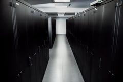 Serverruimte zwarte kabinetten voor servers Stock Fotografie