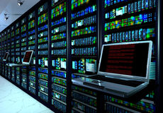 Serverrum i datacenter, rum som utrustas med dataserveror Arkivbilder